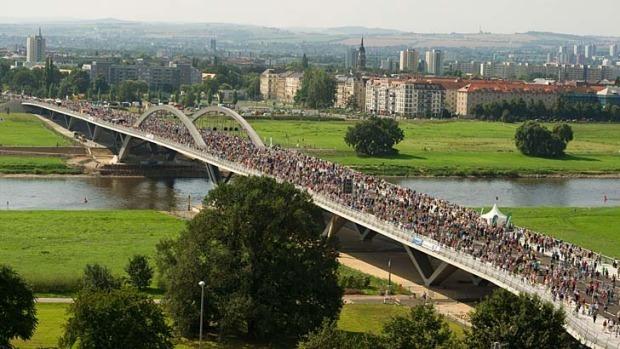 جشن مردمی روی پل مطرود